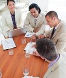 Collègues multi-ethniques d'affaires lors d'un contact photos stock