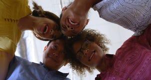 Collègues multi-ethniques heureux d'affaires formant des petits groupes dans le bureau moderne 4k banque de vidéos