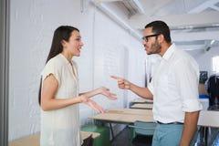 Collègues occasionnels d'affaires dans l'argument images stock