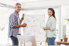 Collègues occasionnels d'affaires préparant la présentation Images libres de droits