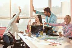 Collègues occasionnels faisant le top-là dans le bureau Photographie stock libre de droits