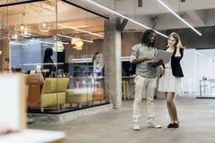 Collègues parlant dans un bureau moderne Photo stock