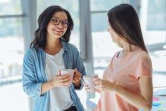 Collègues positifs heureux appréciant leur thé Image libre de droits
