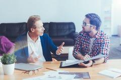 Collègues professionnels impliqués travaillant sur le projet Images stock