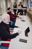 Collègues riant dans le bureau tout en travaillant photos stock