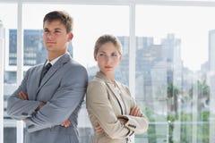 Collègues sérieux d'affaires se tenant ensemble photo stock