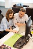 Collègues sérieux d'affaires travaillant dans le bureau Photos libres de droits
