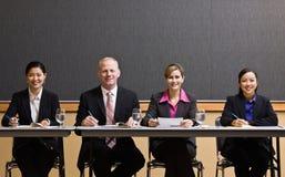 Collègues se réunissant à la table dans la salle de conférence Photos stock