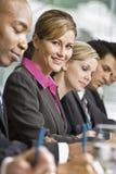Collègues se réunissant à la table dans la salle de conférence image stock