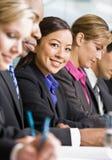 Collègues se réunissant à la table dans la salle de conférence photographie stock libre de droits