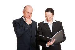 Collègues songeurs d'affaires regardant l'état Images stock