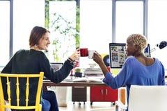 Collègues Team Office Concept d'entreprise de pain grillé d'acclamations image libre de droits