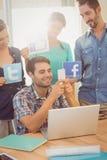 Collègues tenant le signe des réseaux sociaux célèbres Photos libres de droits