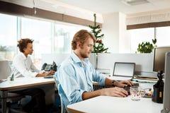 Collègues travaillant dans le bureau le jour de Noël Images stock