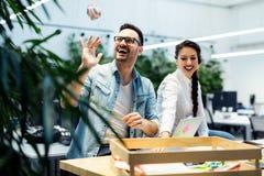 Collègues travaillant dans le bureau moderne avec l'ordinateur portable Photos stock