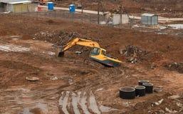 Collé dans la boue au jaune d'excavatrice de chantier de construction photographie stock libre de droits