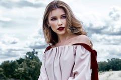 Coll för kläder för makeup för framsida för sexig blond perfekt kroppform för kvinna nätt arkivfoto