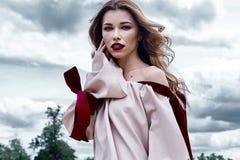 Coll för kläder för makeup för framsida för sexig blond perfekt kroppform för kvinna nätt fotografering för bildbyråer