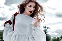 Coll för kläder för makeup för framsida för sexig blond perfekt kroppform för kvinna nätt royaltyfri fotografi