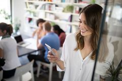 Collaboration et analyse par des gens d'affaires travaillant dans le bureau image libre de droits