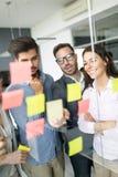 Collaboration et analyse par des gens d'affaires travaillant dans le bureau images stock