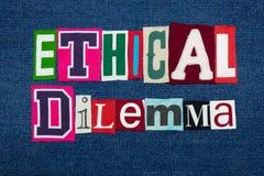Collage ÉTICO de la palabra del texto del DILEMA, tela colorida en el dril de algodón azul, preguntas de los éticas y situaciones fotos de archivo
