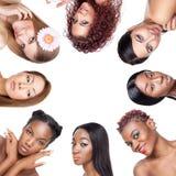 Collage av åtskilliga skönhetportaits av kvinnor med olika hudsignaler arkivfoton