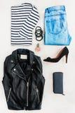 Collage av den kvinnliga kläduppsättningen Jeans, den randiga blusen, läderomslaget, svarta skor för höga häl och tillbehören öve Royaltyfria Bilder