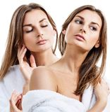 Collage av den unga härliga kvinnan i den vita badrocken arkivfoto