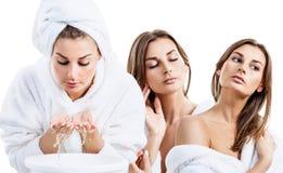 Collage av den unga kvinnan i badrocktvagningframsida med rent vatten arkivfoton