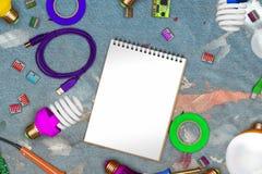 Collage av elkrafthjälpmedel på smutsig jeans i målarfärg med kopieringsutrymme på tomt papper och usb kablar, powersavelampor, d Royaltyfri Fotografi