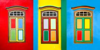Collage av 3 färgrika fönster på ett hus i lilla Indien, Singapore royaltyfria bilder