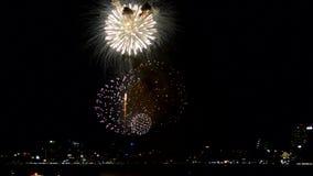 Collage av färgrika fyrverkerier som exploderar i natthimlen för lyckligt nytt år stock video