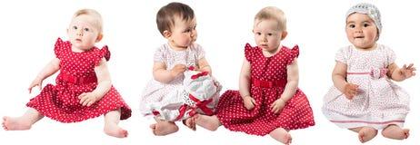 Collage av förtjusande två behandla som ett barn flickor som isoleras på vit bakgrund. Arkivfoton