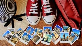 Collage av gränsmärken, uppsättning av loppfoto Resväska- och turistmaterial på träbakgrund fotografering för bildbyråer