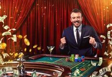 Collage av kasinobilder med rouletten för manlekpoker på tabellen Ung man i dräkten som spelar i kasinot dobbleri arkivbild