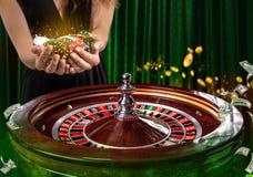 Collage av kasinot avbildar med en vibrerande bild för närbild av den mångfärgade kasinorouletttabellen med pokerchiper i kvinna royaltyfria foton