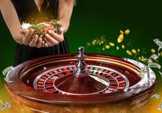 Collage av kasinot avbildar med en vibrerande bild för närbild av den mångfärgade kasinorouletttabellen med pokerchiper i kvinna arkivbilder