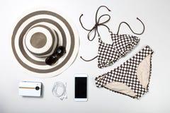 Collage av kvinnakläder och tillbehör som isoleras på vit arkivfoto