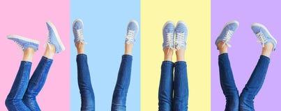 Collage av kvinnlign lägger benen på ryggen i jeans, och gymnastikskor i det olikt poserar på kulör bakgrund, panorama royaltyfri fotografi