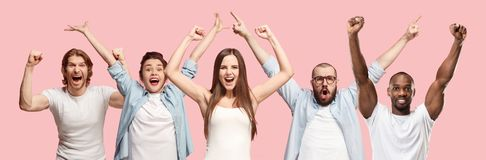 Collage av män och kvinnor för vinnande framgång som lyckliga firar vara en vinnare arkivfoto