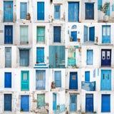 Collage av olika blåa gamla trädörrar från grekiska öar - arkivbilder