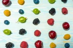 Collage av olika frukter och bär på vit royaltyfri foto