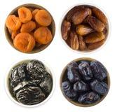 Collage av olika torkade frukter Torkade katrinplommoner, torkade aprikors och data som isoleras på vit bakgrund Top beskådar Tor royaltyfria bilder