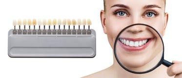 Collage av tandpaletten med att göra vit kvinnliga tänder arkivbilder
