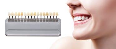 Collage av tandpaletten med att göra vit kvinnliga tänder royaltyfria bilder