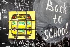 Collage av tillbaka till skolabakgrund med titel tillbaka till skolan och skolbussen som är skriftliga på de gula styckena av pap Royaltyfri Fotografi