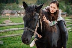 Collage avec la nature et le nouvel ami de cheval en montagne Photographie stock libre de droits