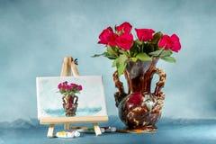Collage avec un bouquet des roses, du chevalet et des aquarelles Photos stock