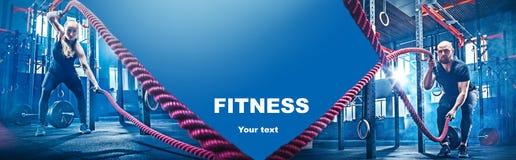 Collage circa gli esercizi nella palestra di forma fisica fotografie stock libere da diritti